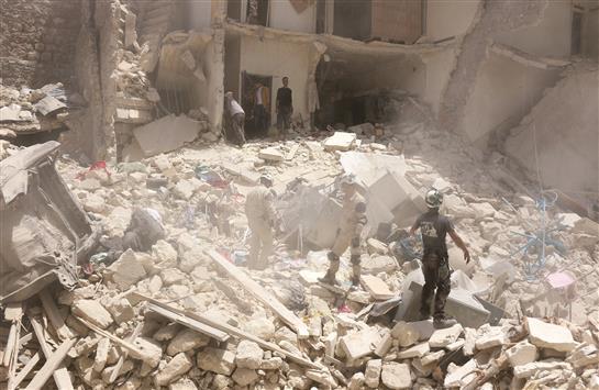 987c5f8e-c540-4524-a456-d27daa29999f_سوريون يبحثون عن ناجين وسط مبنى مدمر جراء غارة جوية على حي طريق الباب في حلب أمس (ا ف ب)